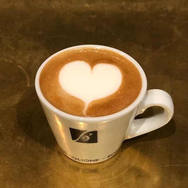 Morning Early Birds' all coffees 2 euro before 9am! . . . . . . . . #localscoffee #localsamsterdam #depijp #amsterdam #breakfast #lunch #brunch #drinks #coffee #food #wine #gintonic #igdaily #latteart #coffee #healthy #freshfood #goldenbar #amsterdameats #quiche #spinach #feta #winterfood