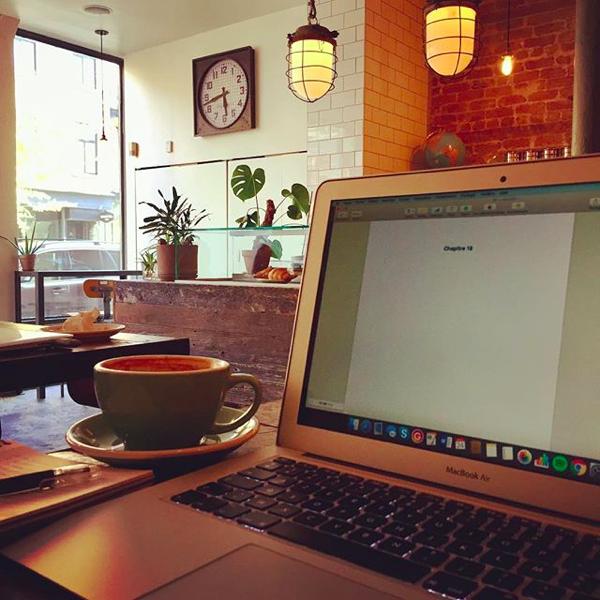 Installée au café, dans une ambiance chaleureuse. En pleine session d'écriture.
