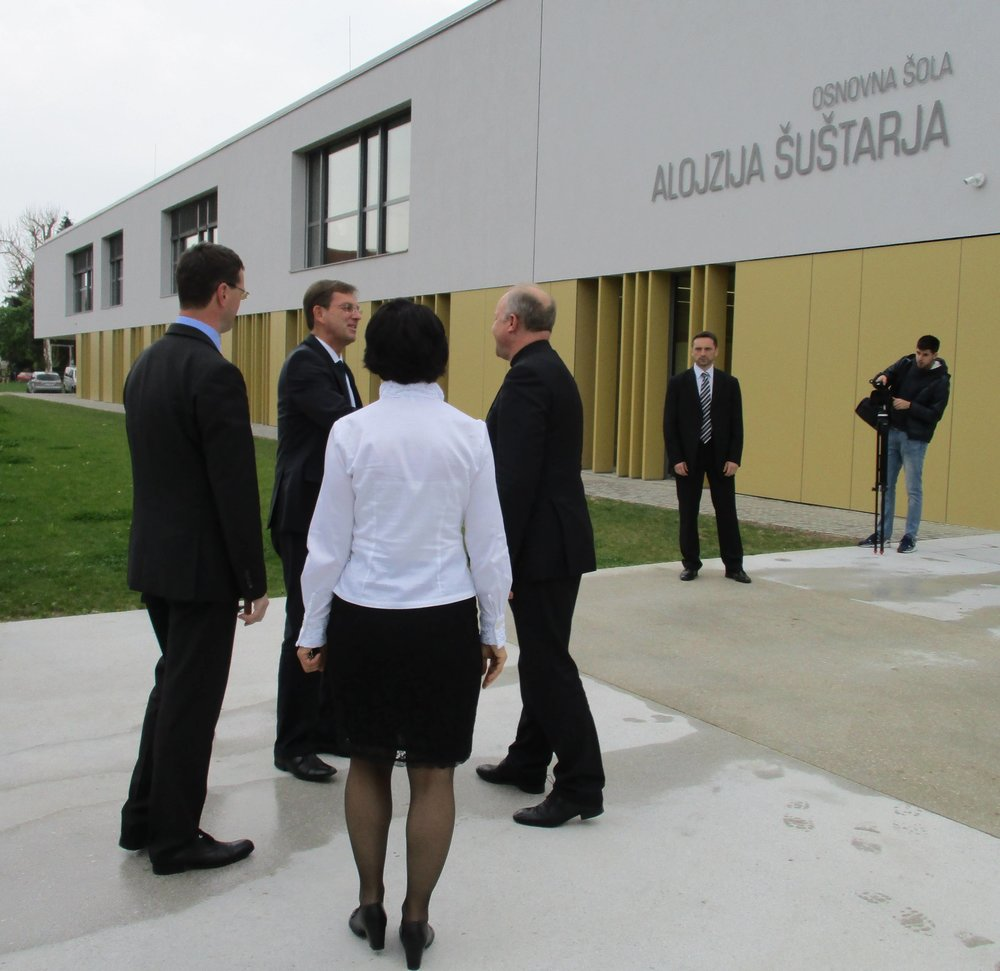 Premier dr. Miro Cerar in ljubljanski pomožni škof dr. Anton Jamnik ob obisku OŠ Alojzija Šuštarja v Šentvidu pri Ljubljani aprila 2016 (foto: domovina.je)