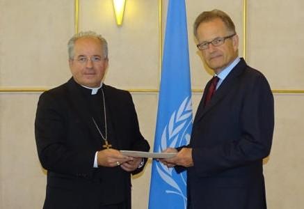 Nj. Eksc. nadškof dr. Ivan Jurkovič predaja poverilna pisma generalnemu direktorju Urada ZN v Ženevi Michaelu Møllerju (foto: nuntiusge.org).