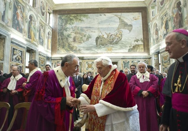 Papež Benedikt XVI. z uslužbenci Rimske rote (foto: famigliacristiana.it)