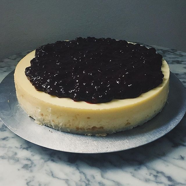 We are bouncing back this week with a lot more goodies after the holidays. Pictured here our New York Style Very Berry Cheese Cake. Additionally for lunch today our chili is back as are our quiches, banana bread and a lot more. See you soon. #berlinfrühstück #newyorkcheesecake #veryberry #sweetooth #cakenotjustforbreakfastanymore