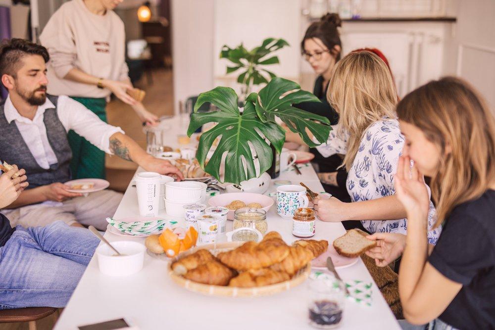 Dla wszystkich naszych coworkerów: - - darmowa pyszna kawa i herbata- dostęp do szybkiego łącza internetowego i WIFI- korzystanie z wielofunkcyjnego urządzenia biurowego- korzystanie z wyposażonej kuchni (lodówka, mikrofala, czajnik), kącika kawowego i unikalnych stref chillout'owych,- świetna lokalizacja w samym centrum Wrzeszcza, piękny widok za oknem- przyjazna atmosfera pracy w klimatycznym wnętrzu w otoczeniu roślin- cykliczne wydarzenia tylko dla członków Świetlicy- wspólne czwartkowe śniadania i słodkie wtorki- zniżki na wydarzenia organizowane przez Świetlica Collective Space- świetna atmosfera i nowe znajomości :)