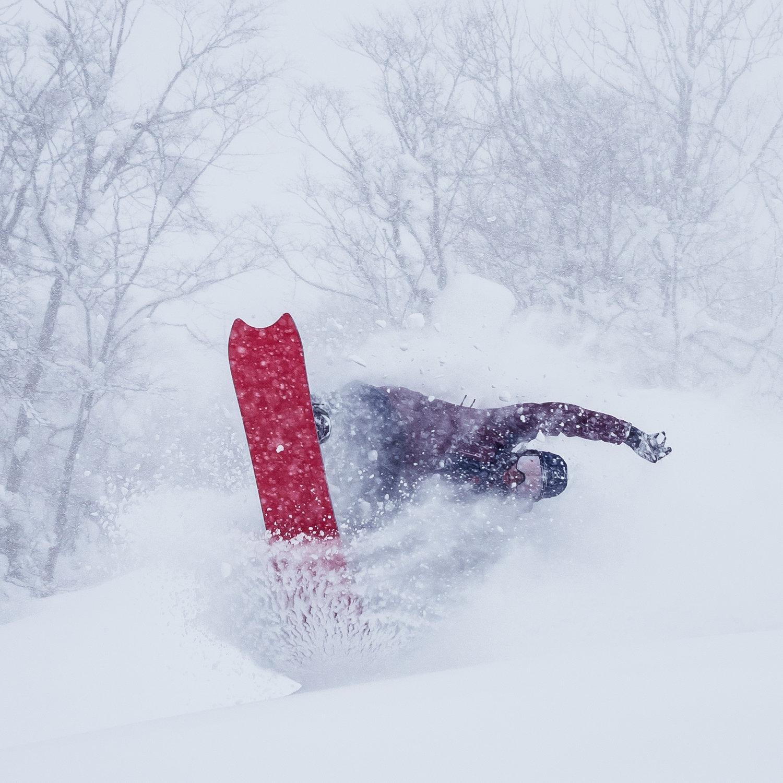 Reissun isäntänä toimii Hokkaidon parhaat takamaastot tunteva Antti Autti. Onsen Tourilla pääset laskemaan paikoissa, joita edes monet paikalliset hiihtovaeltajat eivät ole löytäneet, sillä Antti on pyörinyt mestoilla ammattioppaiden kanssa jo vuosikausia. Kuva: Simo Vilhunen, 2018 Onsen Tour