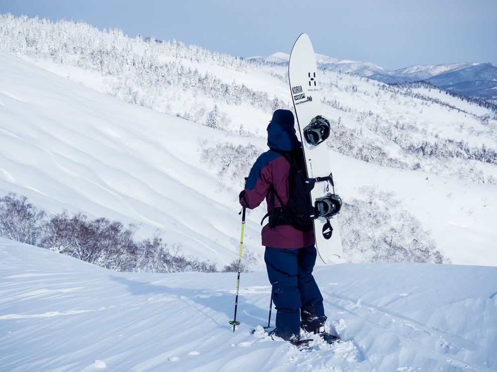 Onsen Tourilla liikutaan omin lihasvoimin, mutta siten pääsemme laskemaan uniikkeja paikkoja, ja nauttimaan Hokkaidon kauniista luonnosta aivan eri tavoin kuin hiihtokeskuksessa. Daisetzusanin kansallispuiston ympärillä on useita hyviä alueita tarjolla. Päivän laskukohde päätetään aina sää- ja lumitilanteen mukaan, joten Onsen Tourilla pääset näkemään laajasti Hokkaidon keskiosien vaihtelevaa maastoa. Kuva: Simo Vilhunen, 2018 Onsen Tour