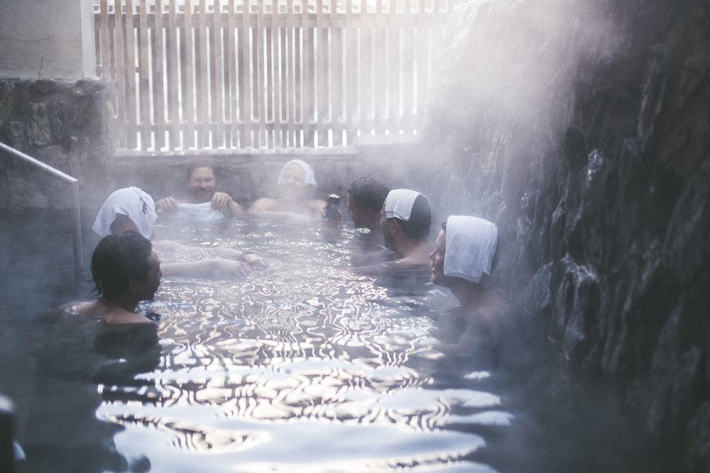 Onsen Tourilla myös kylvetään joka päivä mahdollisuuksien mukaan eri Onsenissa, mikä on mahtava tapa rentoutua mäkipäivän jälkeen. Kuva: 2018 Onsen Tour, Iisakki Kennilä