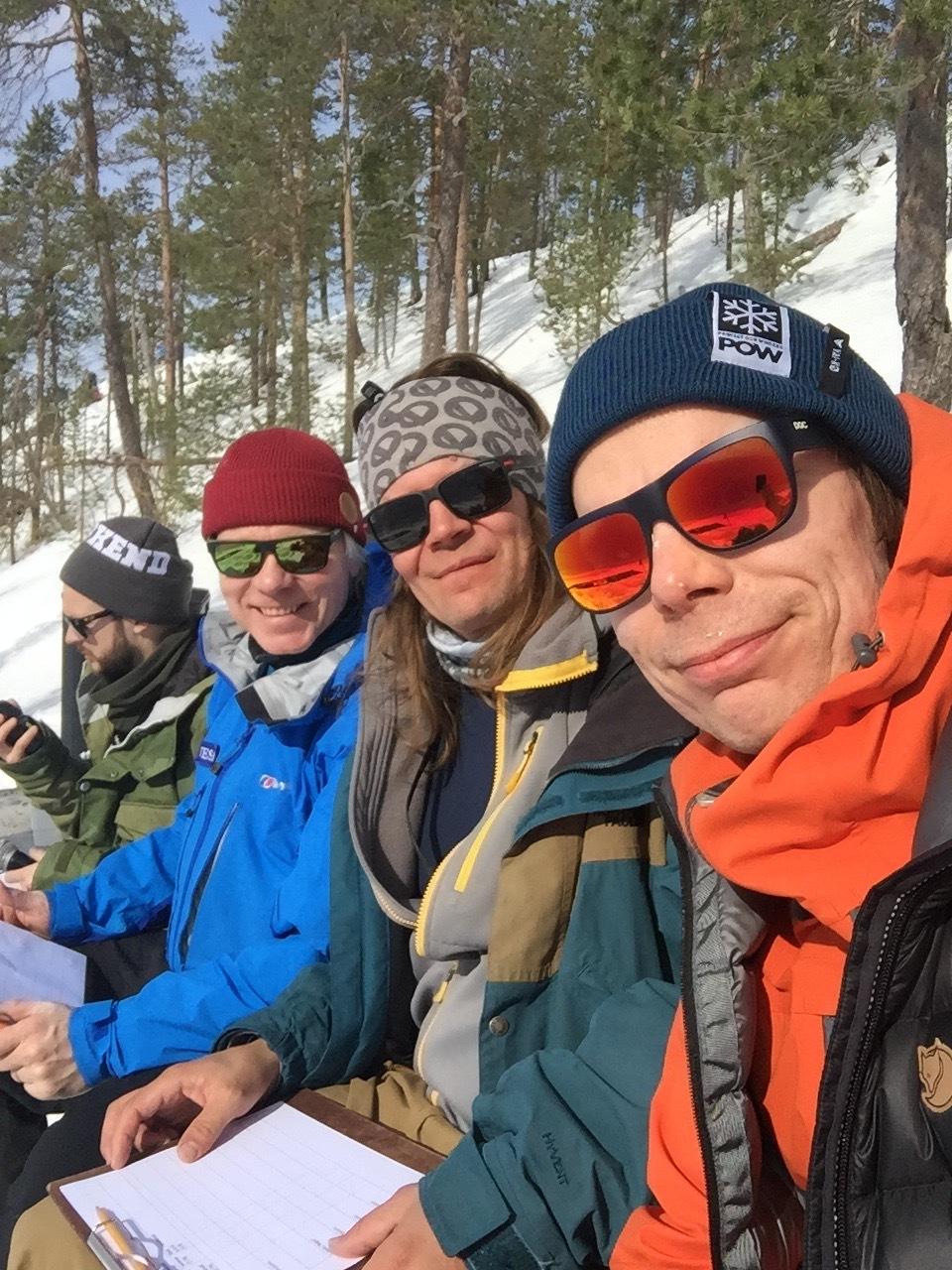 Original Free'kend - Pyhän Free'kend lähettiläät Jani Johansén (oik.) ja Ape Majava (toinen oik.) saapuvat kertomaan Kauppayhtiölle parhaista Pyhä-päivistään.