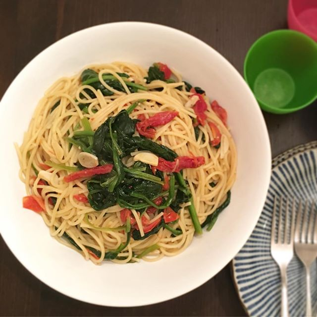 (Continued from the last post) Dinner is served.  It was seasoned only with Shio Koji and black pepper, yet the rest of the great flavors came from sun-dried tomatoes, spinach, garlic, olive oil, and even pasta water.  So fresh and flavorful! . . . . #koji #shiokoji #麹 #塩麹 #パスタ #pasta #umami #japanesefood #fermentation #chef #dietitian #nutritionist #cleaneating #heathyfood #youarewhatyoueat #foodismedicine #realfood #homecooking #food52 #epicurious #spinach #eatrealfood #plantbased #vegetarian #meatlessmonday