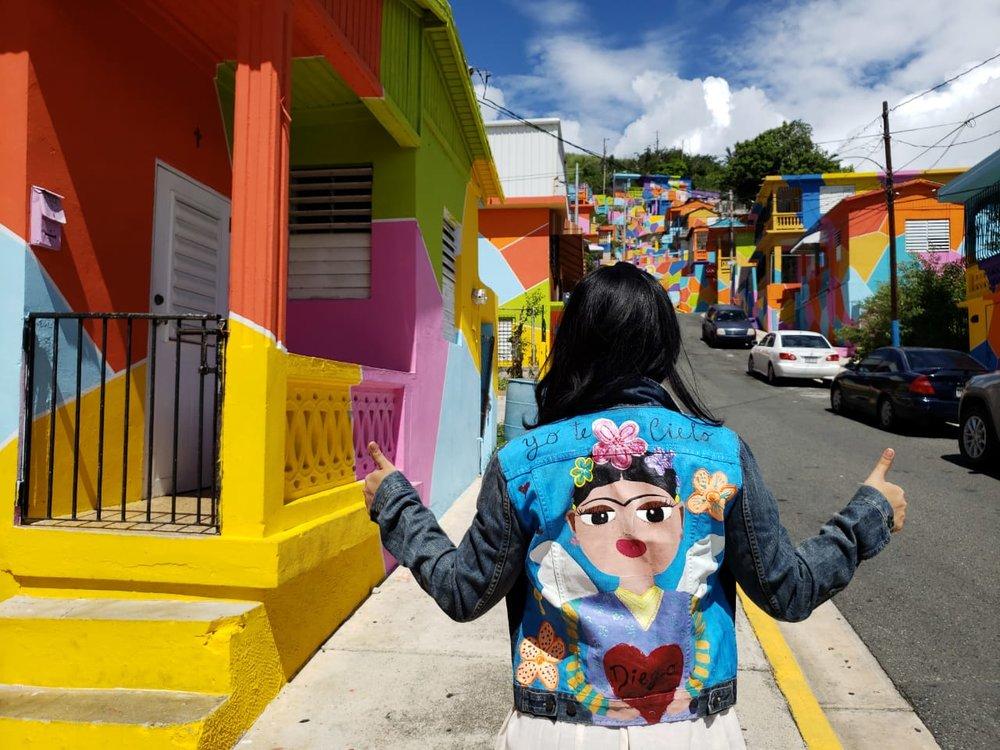Combinando culturas - Frida Kahlo es un ícono del arte. Este jacket fue pintado a mano por la artista Brenda Uribe para Mezcalita Boutique en Panamá.
