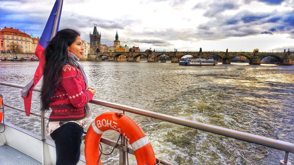 El clásico sweter navideño de la abuelita. Odiado por unos y amados por otras como yo. En este caso estaba en Praga, República Checa en un delicioso paseo por el Río Moldava.