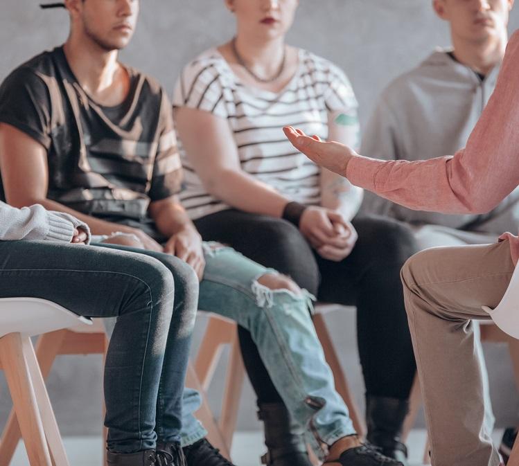 """Grupo de Salud del Comportamiento - El Grupo de Salud del Comportamiento se estableció a principios de 2017 para abordar los altos índices de abuso de sustancias y depresión entre los estudiantes del SMMUSD, en particular los de la escuela preparatoria. El grupo está compuesto por proveedores de servicios de salud mental y abuso de sustancias, padres/cuidadores, líderes de la comunidad, la Coordinadora de Orientación de Salud Mental de SMMUSD y analistas de """"Youth and Families"""" de la Ciudad de Santa Mónica.Las prioridades actuales del grupo incluyen:· Desarrollar una campaña de conocimiento sobre la salud mental para los estudiantes y los padres· Mejorar nuestros servicios disponibles para abordar el abuso de sustancias entre los estudiantes y aumentar las oportunidades de educación sobre el abuso de sustancias para los padres y los cuidadores· Reducir los obstáculos para acceder a los servicios de salud del comportamiento para los estudiantes y los padres"""