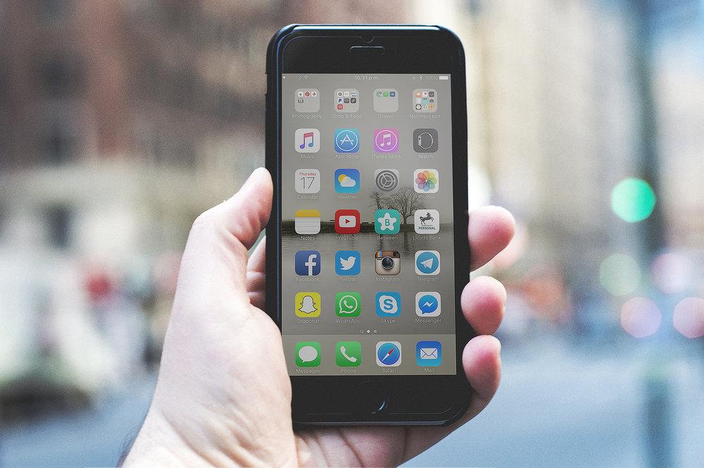 OnlineVermarktung - Die Vermarktung im Netz ist, seit dem jeder 2. ein Smartphone hat, zu einem der wichtigsten Werbemedien geworden. Wir surfen laut einer Studie im Durchschnitt 3h 16min täglich im Netz. Für die meisten ist das Internet nicht einmal mehr wegzudenken. Daher wird es auch immer sinnvoller sich auch dort zu vermarkten. Es ist eigentlich mittlerweile Pflicht wenn man sein Unternehmen noch am Laufen halten möchte. Das online Marketing ist mittlerweile so weit, dass wir spezifisch unsern Ideal kunden herausfiltern können und ihm gezielt unsere Werbung zeigen können.
