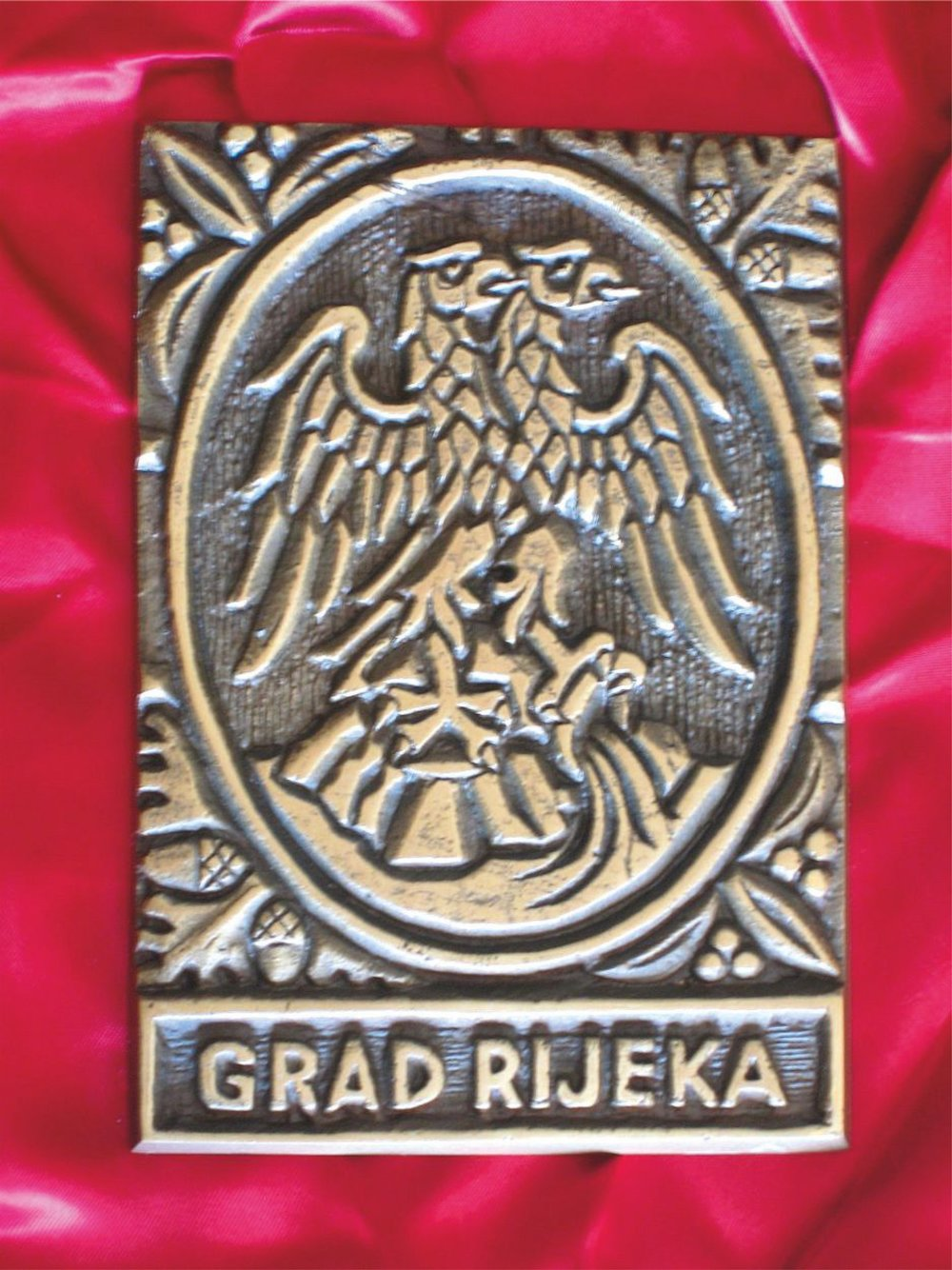 Design by Heraldic art d.o.o. and production of the plaque with the coat of arms of the city of Rijeka, Croatia.   Dizajn i izrada plakete s grbom Grada Rijeke.
