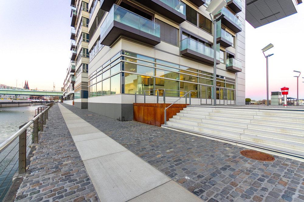 HafenRaum Showroom Außenansicht   Die großflächigen Schaufensterfronten bieten Spielraum für aufregende Inszenierungen oder Beklebungen für die optimale Außenwirkung.