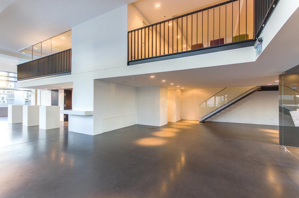 Eingangsbereich   Die offen gestaltete Architektur empfängt Gäste und Besucher in den lichtdurchfluteten Showroom.