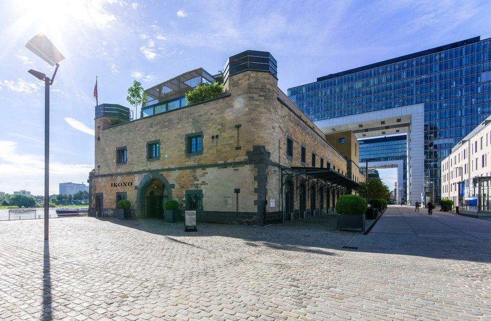 Halle 12 Außenansicht   Der Rheinauhafen besticht durch den Mix aus modernen Wahrzeichen und historischen Bauwerken, wie der historischen Zollhalle 12.