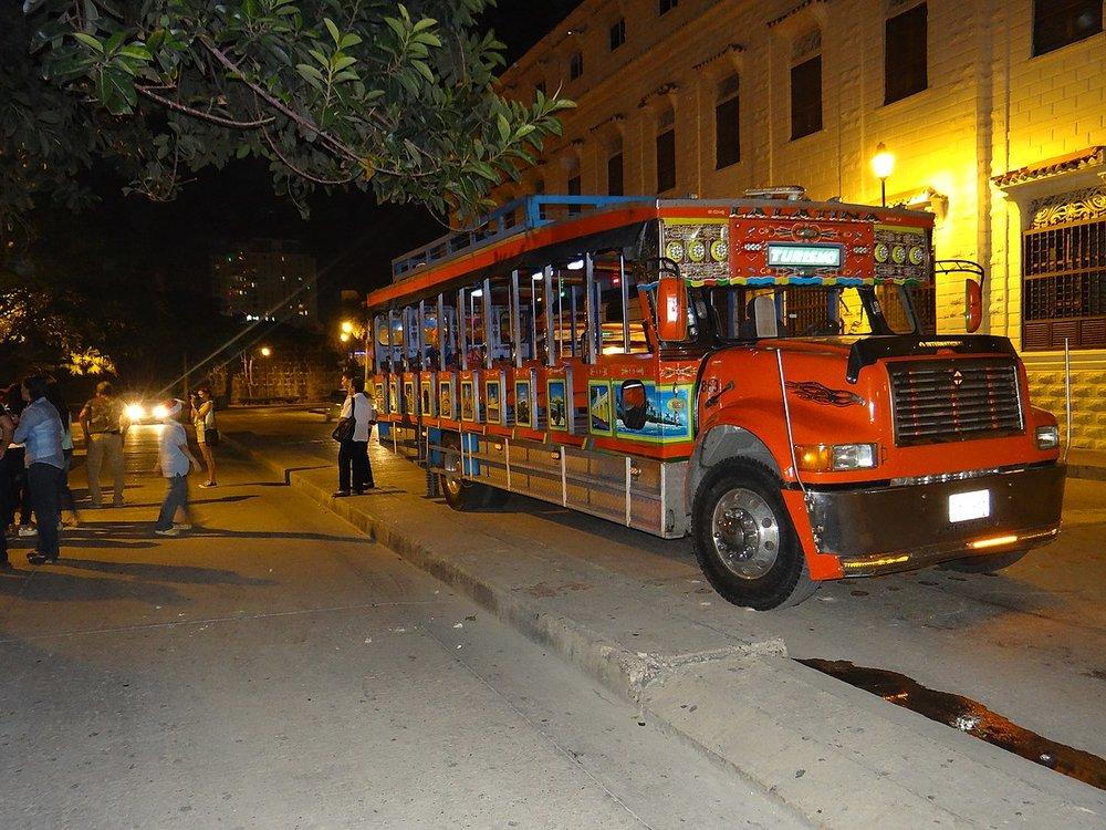 1200px-La_tipica_chiva_Cartagenera_para_recorrer_los_puntos_que_te_inspiran_y_sorprenden_de_Cartagena.JPG