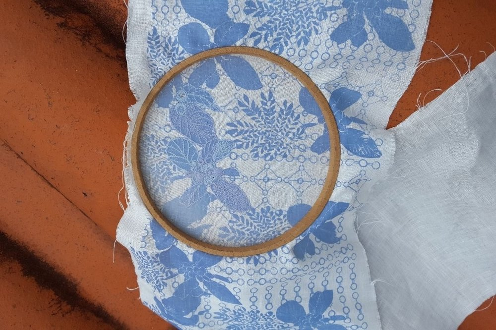 Photochromic pigment and thread used for screen printing and embroidering pattern