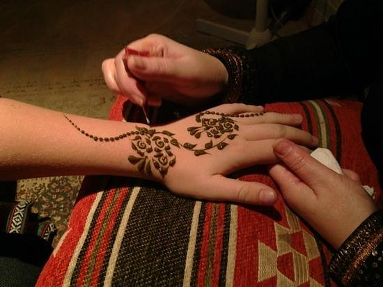 henna-tattoo-at-the-desert.jpg