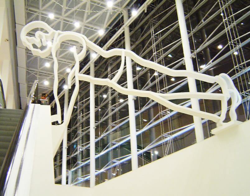 """Coloso, Gimnastas / """"Coloso"""", Malba (Museo de Arte Latinoamericano de Buenos Aires – Colección Costantini), Intervenciones 3 (2004-2005).  Hierro pintado, 560 x 1000 x 40 cm"""