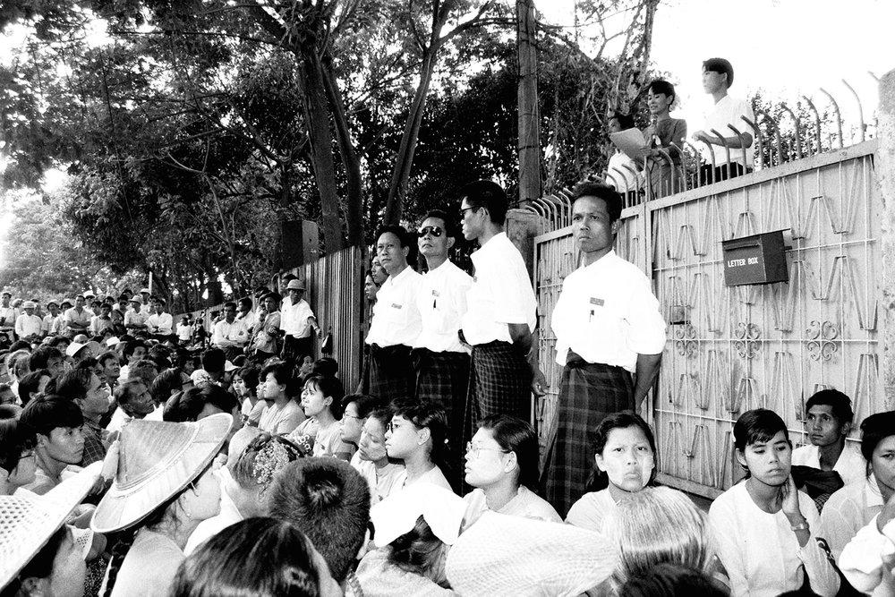 Foto von Aung San Suu Kyi, die Tochter des 1947 ermordeten Generals Aung San (Gründungsmitglied der Nationale Liga für Demokratie NLD), während ihres 15 Jahre währenden Hausarrest.