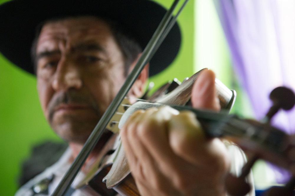 Die Musik spielt zugleich im sozialen und kulturellen Leben der Familie eine wichtige Rolle.