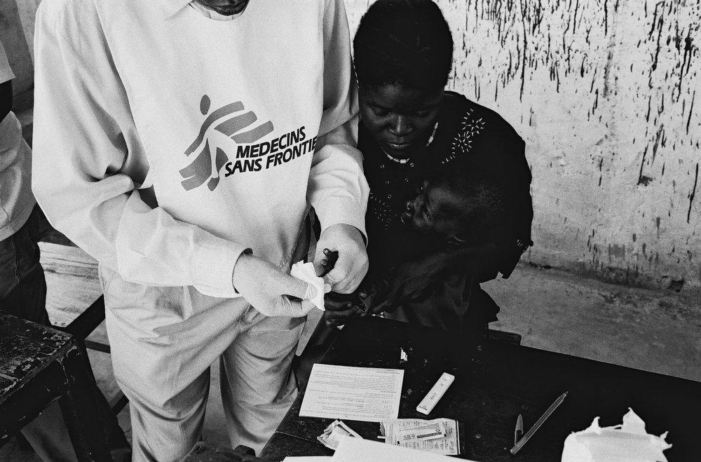 Seit fast 50 Jahren leistet Médecins Sans Frontiéres dort medizinische Hilfe, wo Menschenleben bedroht sind. Vor allem bewaffnete Konflikte, aber auch Epidemien, Pandemien und bei Naturkatastrophen oder die Ausgrenzung vom Gesundheitswesen sind Gründe für die Einsätze.