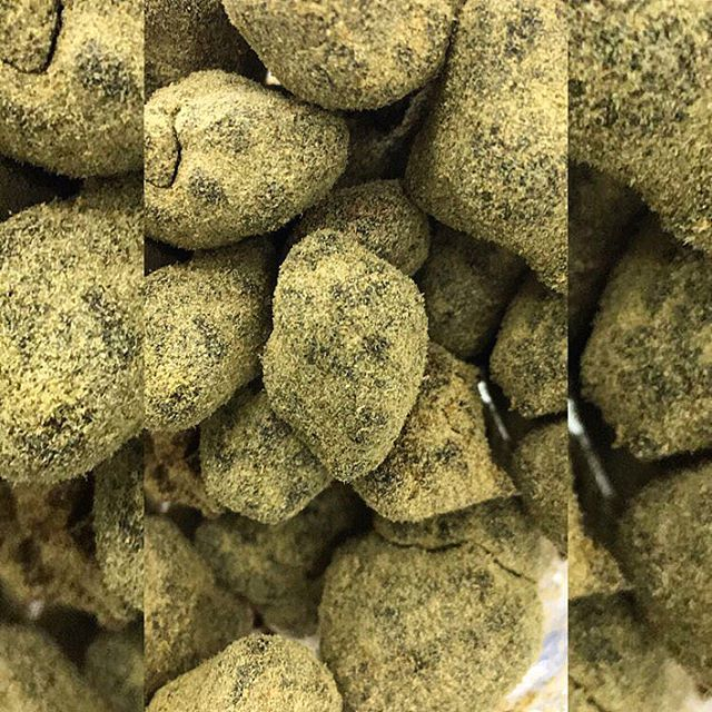 🌚 Moon rocks 🌚 A great way to add a kick to your blunt, bowl, or joint!! Moon rocks consist of hybrid flower dipped in hash oil and dusted in super blond kief!! Let us know in the comments how you smoke your moon rocks!! #actanaheim  #moonrocks #weed #instaweed #stonernation #kief #hashoil