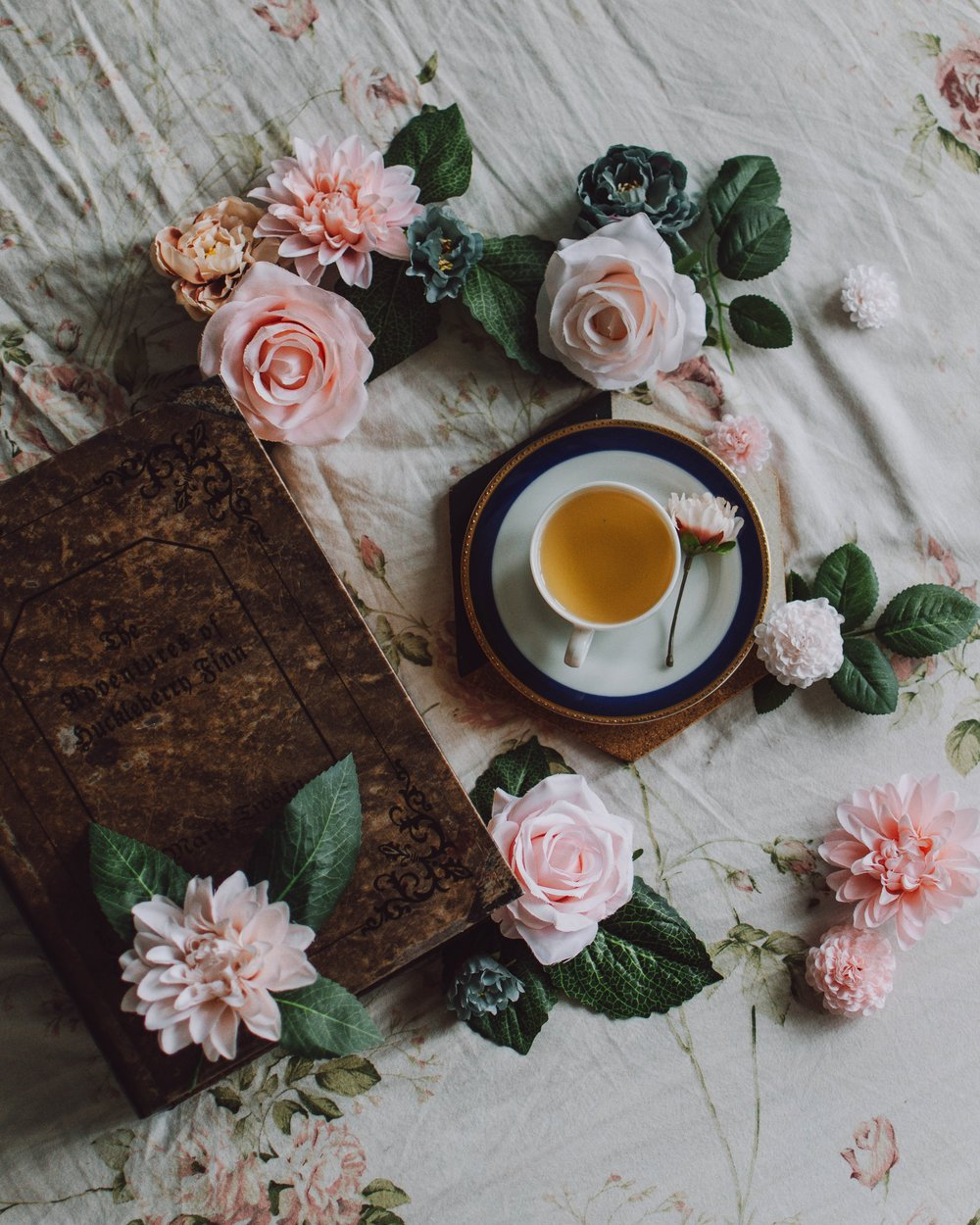 tè e libro l'angolo del focolare.jpg