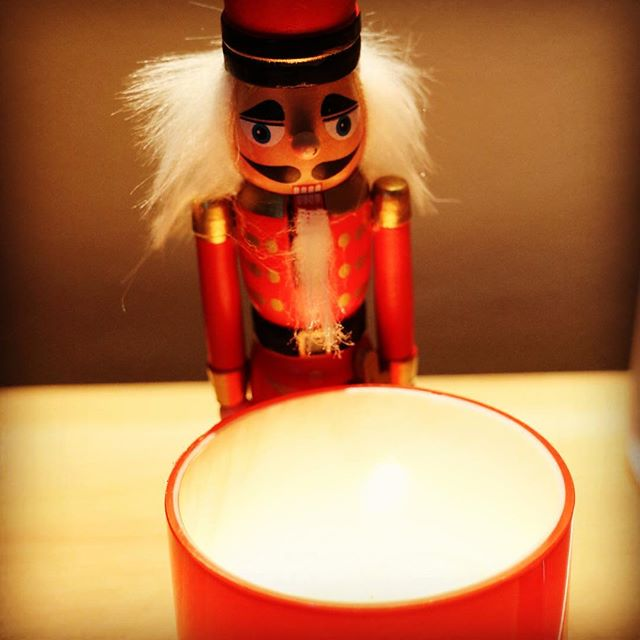 I always loved Nutcrackers. They remind me of my mom, who always kept a bowl of whole almonds, walnuts, and Brazil nuts at Christmas in the living room. Ready to crack, of course, with a beautiful nutcracker ❤️ This one is keeping vigil over my favorite candle. Thanks for the gift JJ !