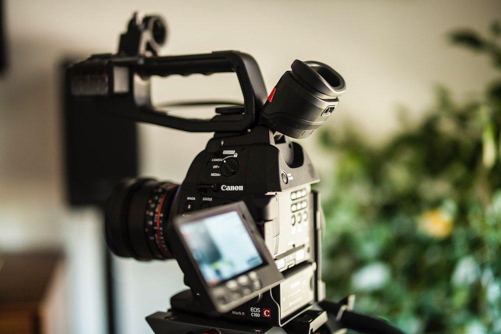 PRODUCCIÓN AUDIOVISUAL   Producimos y editamos material audiovisual que se ajusta a los propósitos y estrategias comunicacionales de las empresas.