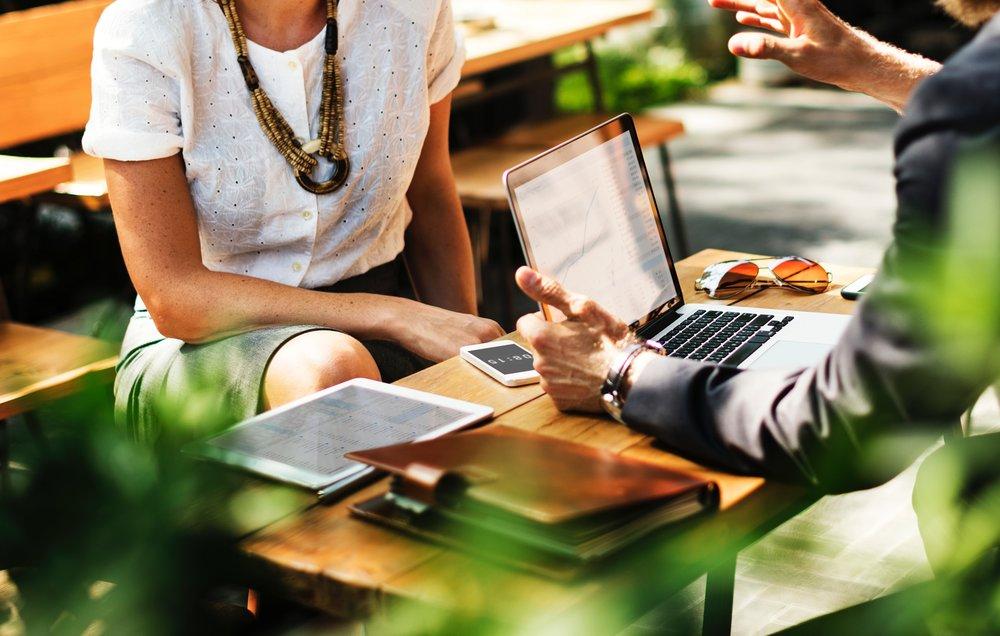 COMUNICACIÓN INTERNA   Toda empresa busca que sus colaboradores estén alineados a objetivos comunes. El trabajo en equipo, la transparencia y la retroalimentación son los tres ejes para una comunicación exitosa.