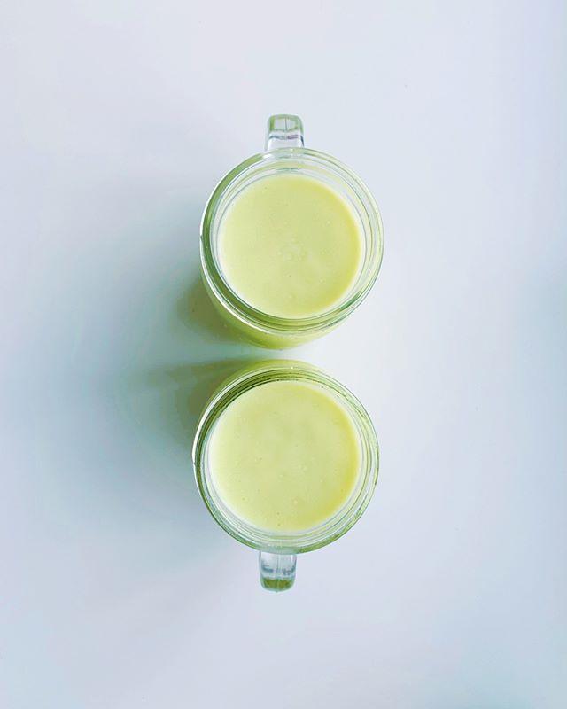 Domingo é oficialmente o dia internacional da preguiça, certo?⠀⠀⠀⠀⠀⠀⠀⠀⠀ ⠀⠀⠀⠀⠀⠀⠀⠀⠀ Então vai uma receitinha de um café da manhã bem fácil e rápido de fazer.⠀⠀⠀⠀⠀⠀⠀⠀⠀ ⠀⠀⠀⠀⠀⠀⠀⠀⠀ São poucos ingredientes (1 porção):⠀⠀⠀⠀⠀⠀⠀⠀⠀ - 1 avocado (ou meio abacate pequeno)⠀⠀⠀⠀⠀⠀⠀⠀⠀ - 1 colher de sopa de leite de coco em pó⠀⠀⠀⠀⠀⠀⠀⠀⠀ - 300 ml de água geladinha⠀⠀⠀⠀⠀⠀⠀⠀⠀ - Pra adoçar: 1 colher de sopa de xilitol ou algumas gotinhas de stevia⠀⠀⠀⠀⠀⠀⠀⠀⠀ ⠀⠀⠀⠀⠀⠀⠀⠀⠀ E pro modo de preparo, mais molezinha impossível: só bater tudo no liquidificador e tá pronto. Fica bem cremoso.⠀⠀⠀⠀⠀⠀⠀⠀⠀ ⠀⠀⠀⠀⠀⠀⠀⠀⠀ É vegano, low carb, cheio de vitaminas, minerais e tem bastante gordura do bem do abacate e do coco.⠀⠀⠀⠀⠀⠀⠀⠀⠀ ⠀⠀⠀⠀⠀⠀⠀⠀⠀ Aqui, a gente substitui tudo o que leva leite de vaca por leite de coco que, além de mais saudável, achamos uma delícia!⠀⠀⠀⠀⠀⠀⠀⠀⠀ ⠀⠀⠀⠀⠀⠀⠀⠀⠀ Bom apetite e um bom domingão!⠀⠀⠀⠀⠀⠀⠀⠀⠀ ⠀⠀⠀⠀⠀⠀⠀⠀⠀ ⠀⠀⠀⠀⠀⠀⠀⠀⠀ ⠀⠀⠀⠀⠀⠀⠀⠀⠀ #otimizese #vitaminadeabacate #lowcarb #gordurasdobem