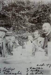 Fig. 1: aan de wekelijkse feestdis