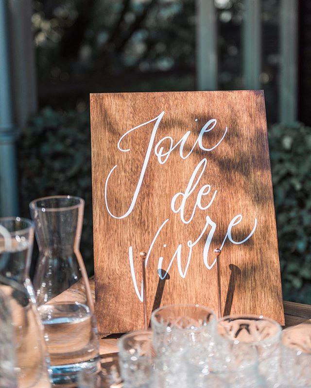 Nog een bord die ik maakte voor @sonjakoningphotography en Johan - en deze vond ik echt heel leuk. Joie de Vivre was het thema van hun bruiloft en stond onder andere ook op de uitnodiging. Gewoon simpel en classy hout met wit 👌🏼 • • • 📸 @witphotography • • #moderncalligraphy #pointedpencalligraphy #kalligrafie #personalization #woodensign #welkomstbord #houtenbord #wegwijzer #signage #weddingsign #letteren #handgeschreven #kellygrafie #metdehand #gepersonaliseerd #trouwdecoratie #trouwen #wijgaantrouwen #gettingmarried