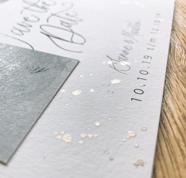 Als ik dan kaarten maak voor bruidsparen zijn het meteen wel kaarten die bij me passen - beetje waterverf, kalligrafie en dan OOK nog ekte verfspetters erop. Hoe LEUK? En, fun fact: 10-10 is mijn verjaardag 🙋🏽♀️ • • #moderncalligraphy #pointedpencalligraphy #kalligrafie #kellygrafie #uitnodiging #weddinginvitation #weddinginvite #trouwen #wijgaantrouwen #gettingmarried #trouwenin2019 #finetec #opmaat #letsgetmarried #modernekalligrafie