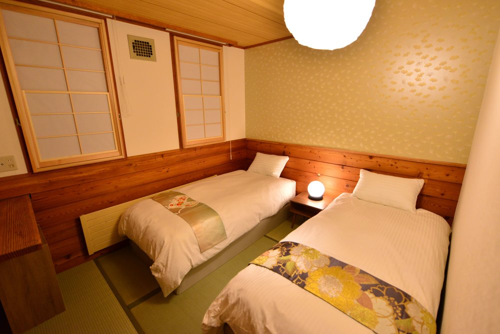 QUEEN/TWIN WITH EN SUITE  Room for 2 people. Private En Suite, Western-style Beds.