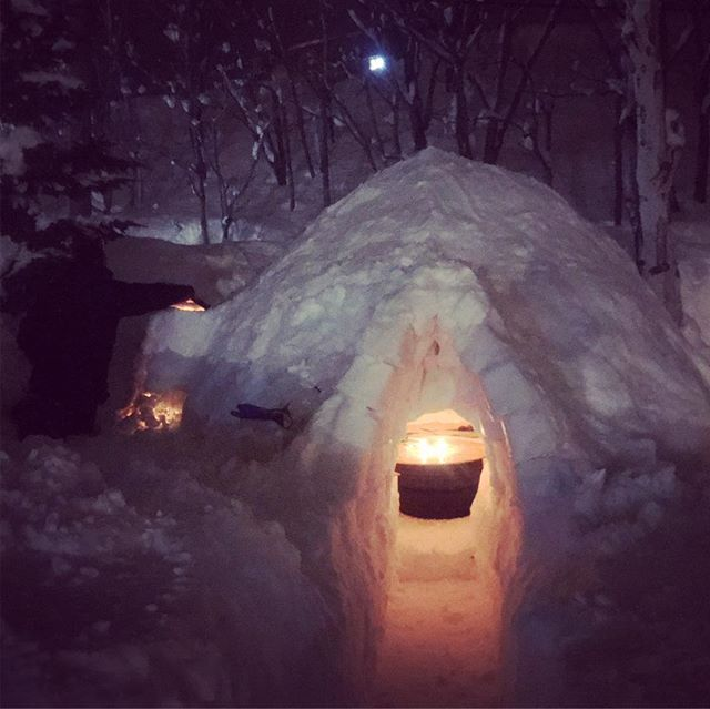 Welcome to Thunder-Dome. Over the long weekend we've been busy with the #ShaggyYakuza crew from @shaggyyak building a 15 man igloo. With fireplace. And drinks. Come on over cozy drink. Just outside #raicholodgemadarao #madarao #madapow #japow #japan #beer #igloo #drinks #apres #snacks #fireplace #かまくら #スキー大好き #斑尾高原スキー場