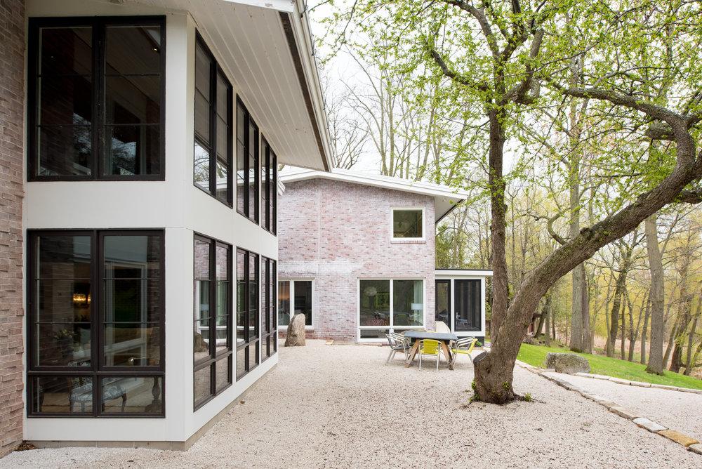 Modern gravel backyard patio