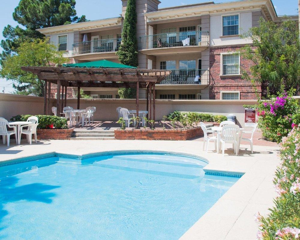 Amenidades - Equipamiento de lujo con amplios y frondosos jardines, piscina, gimnasio, asadores y juegos infantiles.