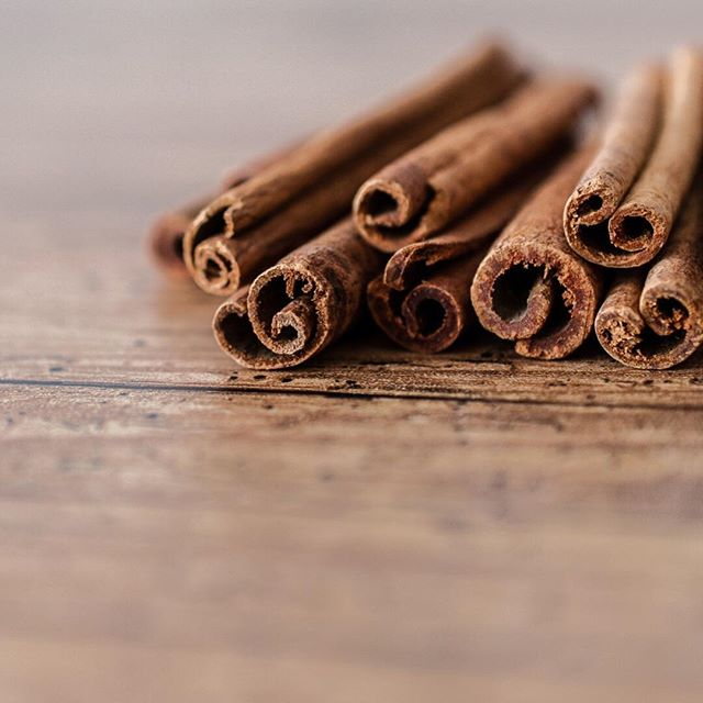 There's nothing quite like the spicy warm smell of cinnamon.  It brings back all sorts of memories and just said CHRISTMAS to me!  We've been diffusing a @younglivingeo essential oil blend in the studio called Christmas Spirit lately and it smells amazing!  It's a blend of Orange, Cinnamon and Black Spruce.  Our clients love it!  What's scents remind you most of Christmas? 🎄