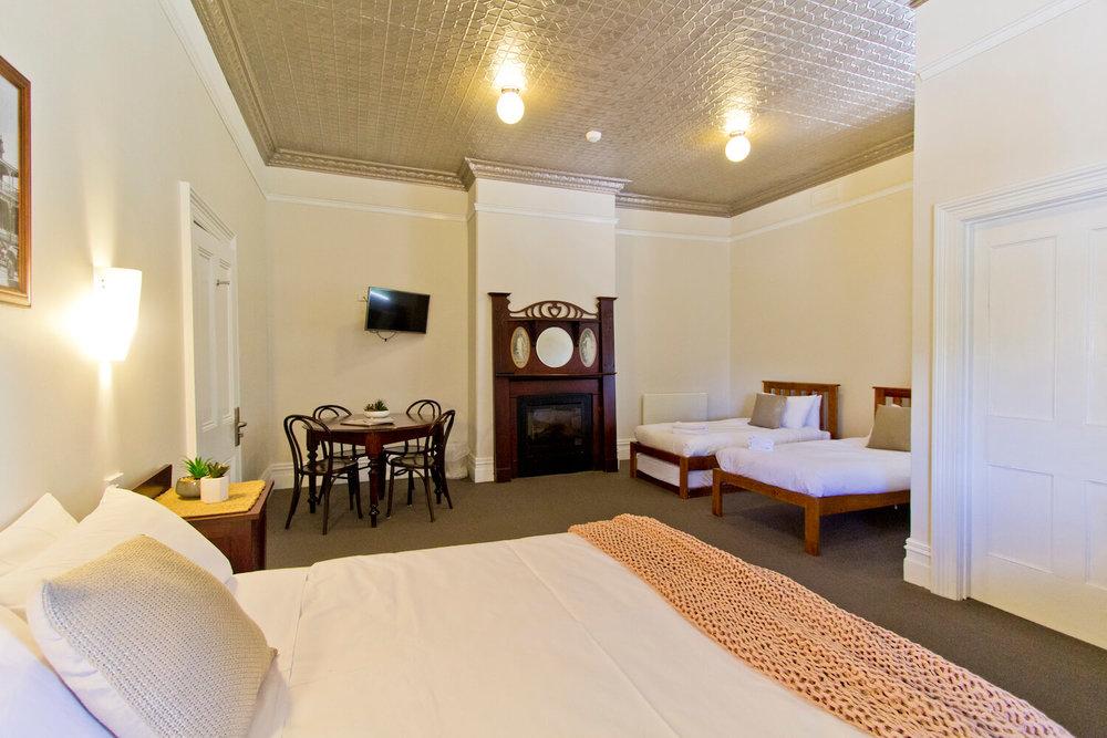 Cheap accommodation near launceston    Deloraine Hotel