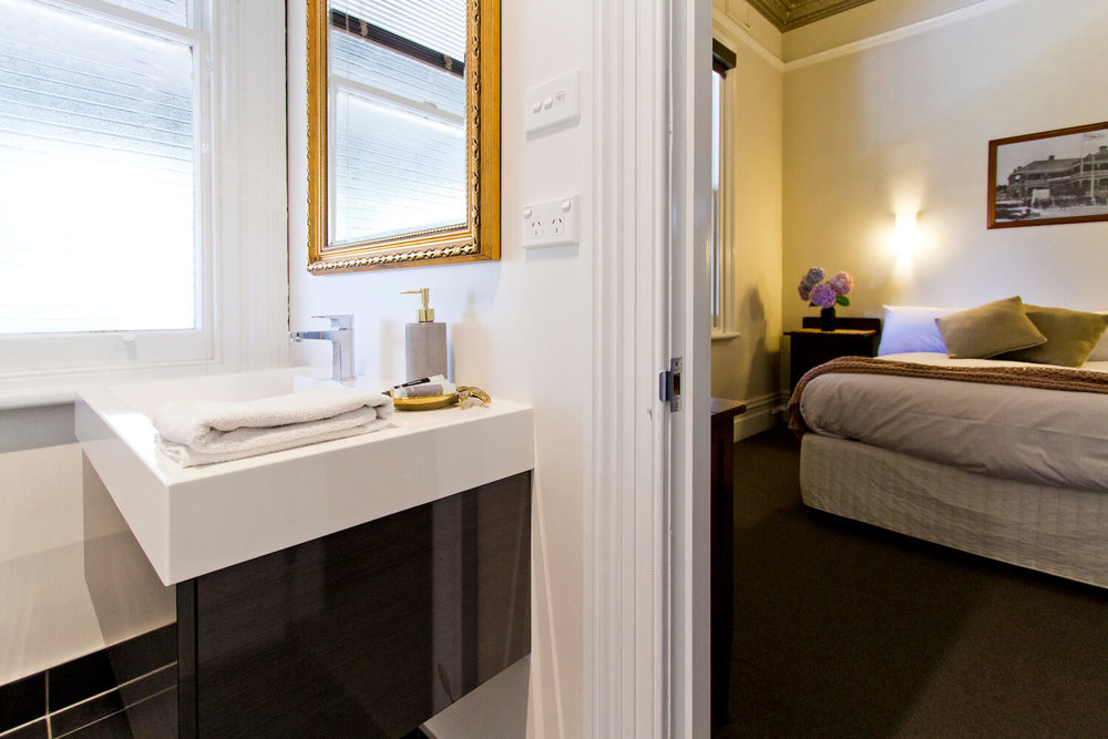 Accommodation near Launceston    Deloraine Hotel
