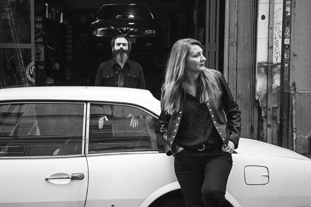 The Limiñanas - Bestimmt werden The Limiñanas immer mal wieder mit dem Moon Duo verwechselt, zumindest äußerlich. Doch das Duo der Eheleute Lionel & Marie Limiñana ist schon längst zu einer 7-köpfigen Band angewachsen, die – auch mitlerweile äußerst erfolgreich – das beschwingte Yéyé der 60er mit dem drogenschwangeren Rock der späten 70er verschneidet. Und auch auf dem fünften Album der Band, Shadow People (Because Music, 2018) scheppern zwischen Fuzz, Wahwah und acid-tinged Freakouts, die Referenzsysteme Velvet Underground, The Kinks und der Back from The Grave-Katalog im Hintergrund mit. Umweht von der Aura Gainsbourgs und der Songwriter-Sensibilität Nancy Sinatras / Lee Hazlewoods entwerfen The Limiñanas so einen stark elektrifizierten und uptighten Wall-of-Sound, der merkwürdig authentisch und absolut zeitgemäß-retro zugleich ist. Und ausnahmsweise kommt hier ein Hype mal nicht aus dem Herzen Paris, sondern hat erstmal unbemerkt am Rande der Pyrenäen sein dunkles Herz entwickeln können.Samstag 17. November - 00.15-01.15Video : Istanbul is SleepyFacebook