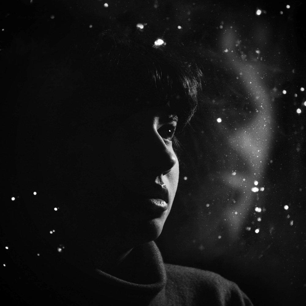 """Saba Lou - All eyes on Saba! Denn Saba Lous Debüt-Album Planet Enigma ist ein meisterhaftes Singulär und eine Perle wunderbarer Provenienz zugleich: Saba Lou ist 17 Jahre jung, die Tochter von Rhythm'n'Garage-Gott King Khan und in dieser Konstellation hat man es bestimmt auch nicht immer ganz leicht. Vor allen Dingen, wenn der erste Track schon im zarten Alter von 6 veröffentlicht wurde (auf einer 7"""" der besten Synthpunkband der Welt, The Spits). Doch von jugendlicher Schüchternheit ist hier absolut nichts zu spüren, ganz im Gegenteil: Denn Planet Enigma (letztes Jahr auf King Khans Kannibalism Label erschienen) ist das äußerst gelungene Songwriter-Debüt einer alten Seele mit junger Stimme, die sich auf die Suche nach Transzendenz begibt. Und diese findet sie zwischen Delta Blues, femininer Doo Wop-Sensibilität, Eden Ahbez' Südsee-Exotica und den dezenten Effektwelten von King Khan's analogem Moon-Studio. Live wird Saba Lou übrigens von einer Bagage um Chuckamucks Oska Wald begleitet.Freitag 16. November - 20.00-20.40Live video : Embrace The Sun"""
