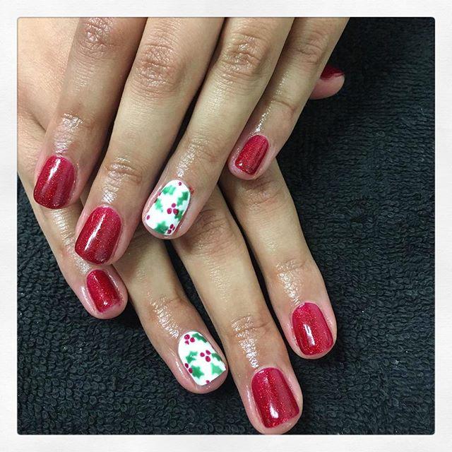 • C h r i s t m a s  H o l l y 🎄 created by Chiara • . . . . . . #rachaelandco #londonnails #christmasnails #spitalfields #nails #cnd #shellac #nailslondon #nailart #nailsnailsnails