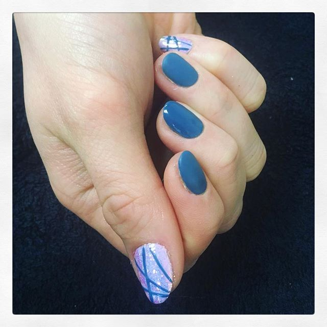 • A c c e n t s 💅🏽 created by Chiara • . . . . . . #rachaelandco #cnd #shellac #accentnails #nails #nailart #naillife #naillove #naillounge #mermaidnails #denimpatch #spitalfields #liverpoolstreet #aldgateeast #londonnails