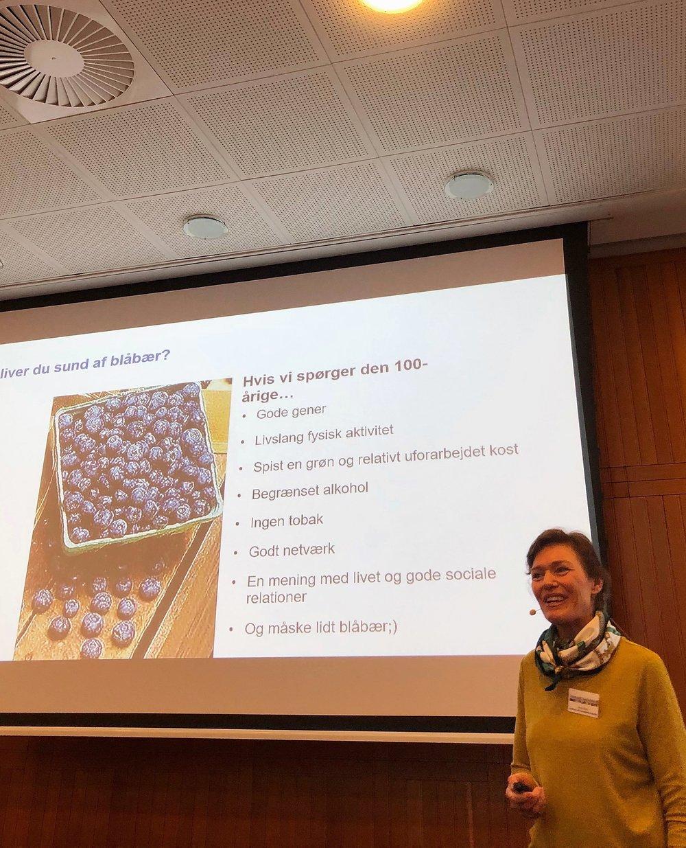 """""""Der er så mange variabler, der spiller ind på sundhed, at man nemt kan vildlede forbrugere med ensporede sundhedsråd i stedet for at fokusere på en varieret kost. Den forvirring, der i stigende grad hersker blandt danskerne, er ikke uvæsentlig at kigge på i forhold til landets sundhedsproblemer"""" - Anne W. Ravn — klinisk diætist ved Aarhus Universitetshospital, forfatter og skribent for Ugebladet Søndag."""
