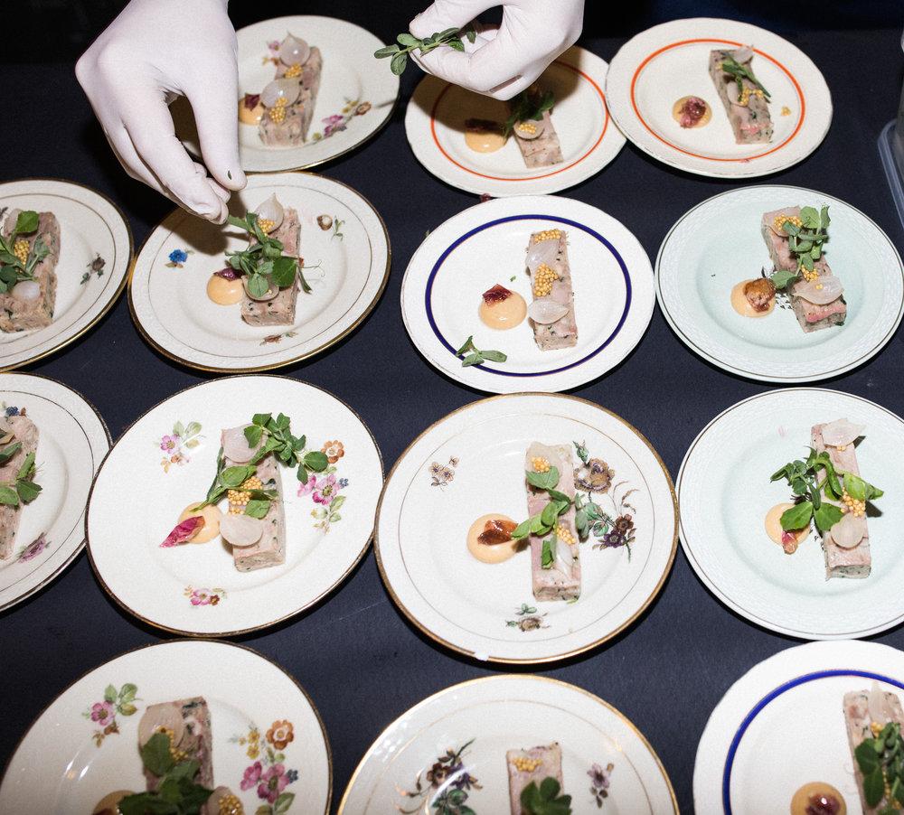 """""""God mad er et parløb mellem producenter og kokke, og der kommer heldigvis mere og mere fokus på kvaliteten af de råvarer, der bliver brugt på danske restauranter."""" - — Philip Dam Hansen, Troldgaarden, der er Danmarks største producent af sortbroget dansk landracegris"""
