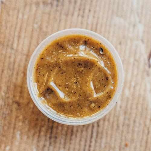 Detalle 3 - El sabor especial de nuestra vinagreta de miel y mostaza lo dan las diferentes especies que ponemos y, especialmente, la pimienta rosa. Un toque aromático que no te dejará indiferente.